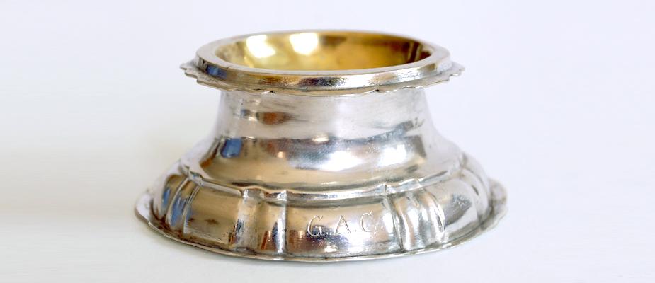 Barocke Gewürzschale, Silber getrieben, geschweift, ovale Form, innen feuervergoldet. Stadtmarke, Meistermarke, Werkstattmarke, Tremmulierstrich.