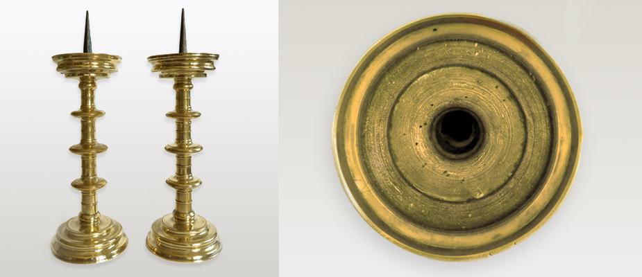 Paar Scheibenleuchter, Bronzeguß, am Schaft dreifacher Nodus, originale Eisendorne. Maße: H 50 x Durchmesser Scheibe 17, 5 cm um 1520