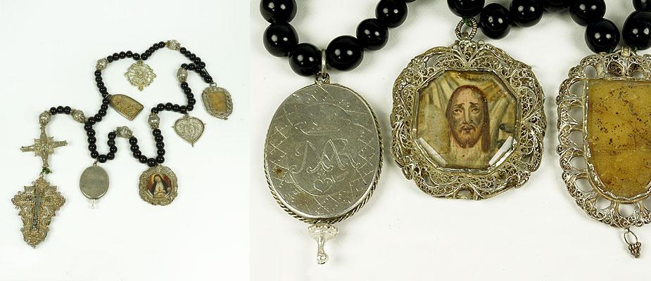 Barockrosenkranz Silberfiligran, Perlen aus Steinbockhorn, sechs Gebetssätze. Sechs große Wallfahrtsanhänger in Silber (6 bis 8 cm), einer als Kapsel zu öffnen, innen ein Reliquiar. Das Kreuz in Silberfiligran gefasst (13 cm). Maße: L 85 cm Süddeutsch um 1700