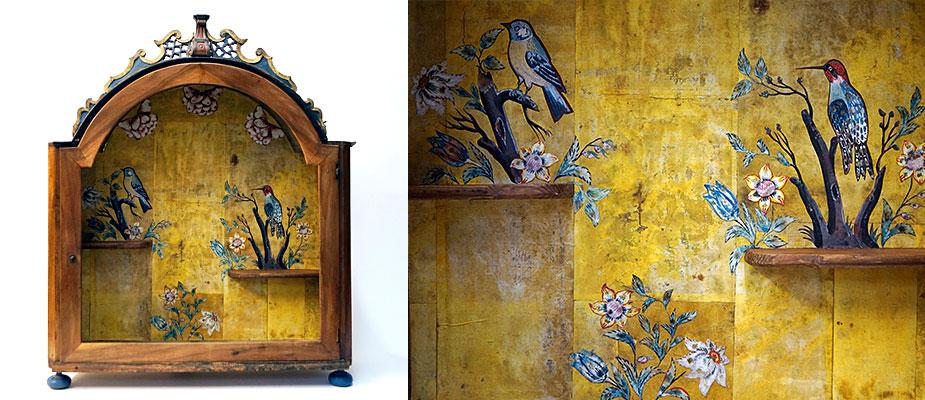 Vitrine, Süddeutsch Aufsatzvitrine, Nußbaum poliert, geschnitzter Aufsatz in Linde, originale Fassung. Innen originale handbemalte Tapete mit ausgeschnitten Vögeln und Blumen. Maße: H 76 x B 60 x T 20 cm Chiemgau um 1770