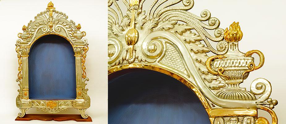 Ein Paar Louis-Seize Altaraufsätze, Holz mit Metall beschlagen. Die Umrahmung in Messing, Kupfer getrieben, versilbert und feuervergoldet. Der Sockel rot marmoriert, die Nische in stahlblau gefasst. Maße: H 119 x B 75 x T 18 cm, Nische T 10,5 cm Bayern, Louis-Seize um 1780