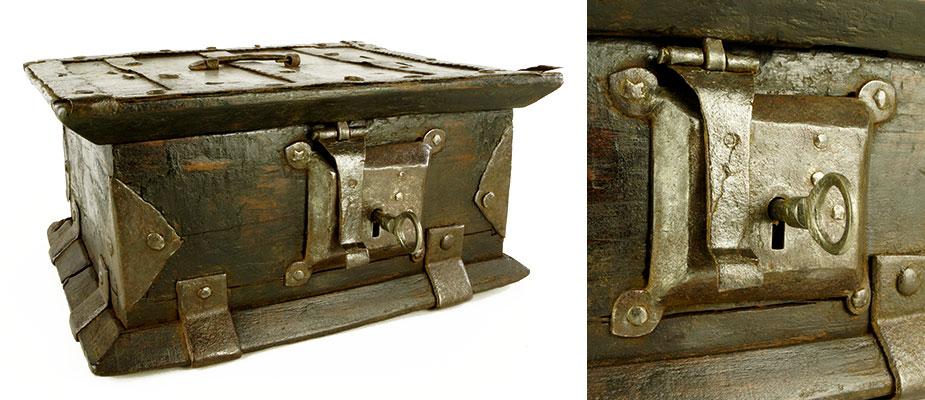 Kleine Schatulle mit Eisen beschlagen. Außen, Eisenbänder und ein Fallriegelschloss. Innen, kleine Seitenlade mit Deckel. Am Deckel feine lineare Gravuren. Maße: H 11,5 x B 23,5 x T 20 cm Mittelitalien, 17. Jahrhundert