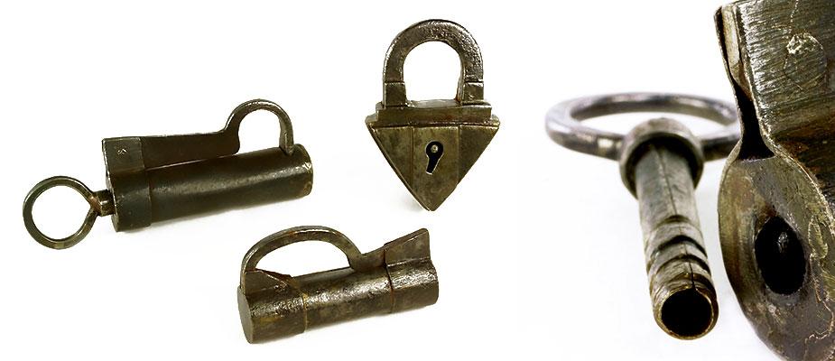 Vorhangschloss mit prismaförmigem Korpus, einbügelig ohne Schlüssel. Kleines Vorhangschraubschloss ohne Schlüssel. Vorhangschraubschloss mit Schlüssel. Maße: H 7,5 x B 5 x Durchmesser 2,5 H 3,5 x B 6,5 x Durchmesser 2 cm H 4 x B 8 x Durchmesser 2,5 cm Bayern, 16./17. Jahrhundert Vergl. M. Goerig Historische Schlösser Schlüssel Beschläge S.286/290