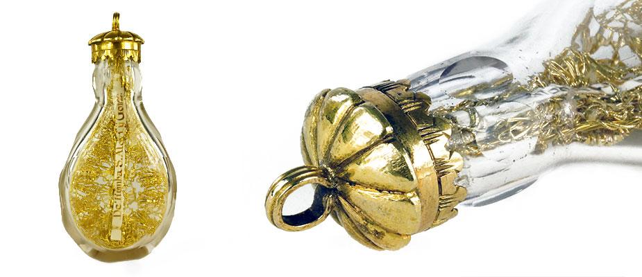 Zehenflasche Gebärfläschchen, facettiertes geschliffenes Glas, Zargenverschluss in silber und feuervergoldet. Innen Reliquie und Golddrahtarbeiten. Maße: H 8,5 x B 4 x T 2 cm Süddeutsch um 1750