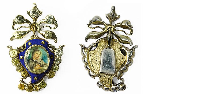 Anhänger, Süddeutsch Schmuckanhänger, silber, blaues Email und Steinbesatz. Die Öse als Blatt mit Steinen. Im Zentrum der Hl. Nepomuk auf Elfenbein gemalt. Das Abdeckglas in einer Zangenfassung. Die Rückseite, Behälter mit Klappdeckel in Form der Nepomukszunge, vergoldet. Maße: L 4,5 x B 2,6 x D 1 cm Bayern, um 1750