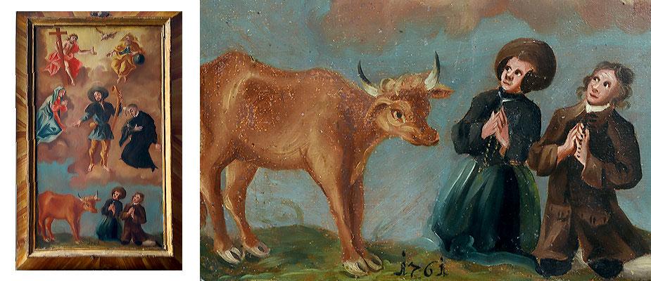 Votivtafel, Süddeutsch Im Himmel die Dreifaltigkeit. In der Mitte Hl. Koloman. Links Maria, rechts der Hl. Aloysius kniend. Am unteren Bildrand eine Kuh und zwei kniende Votanen. Dazwischen die Datierung 1761. Der Rahmen Holz, abgeschrägt und in Holzmaser bemalt. Maße: H 50 x B 32 x T 4 cm Allgäu, Schwangau, datiert 1761