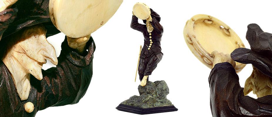 Tänzer, Süddeutsch Figur aus der Commedia Dell`Arte, Kombinationsfigur in der Art des Simon Troger. Ebenholz, Elfenbein auf geschnitztem Felsensockel. Kopf, Hände, Füße, Knöpfe, Degen und Tambourin aus Bein/Elfenbein. Maße: H 16 x B 6,5 x T 6,5 cm Bayern, 1. Hälfte 18. Jahrhundert