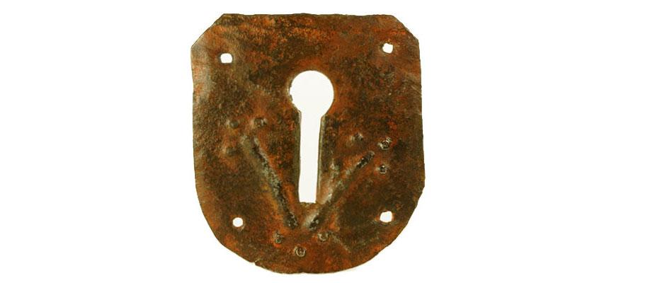 Schlüsselschild, Süddeutsch Großes Schlüsselschild für ein Tor. Reste von roter Farbfassung. Stilisierte Blumen als Schlüssellochführung. Eisenblech geschmiedet, die Blumen getrieben. Maße: Torbeschlag H 15 x B 13 cm Torbeschlag, Bayern 15. Jahrhundert