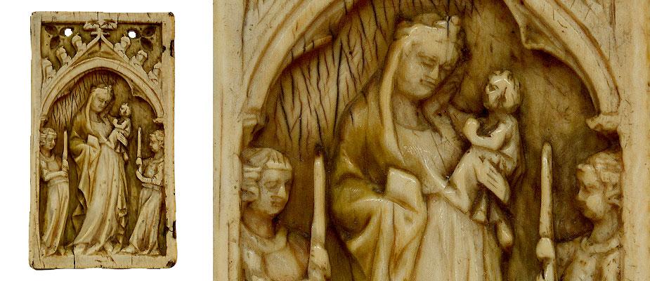 Diptychon_Paris_Elfenbein_14Jh Elfenbeinrelief Linker Flügel eines Diptychons, hochrechteckiges Reliefdarstellung einer Muttergottes mit Kind, flankiert von zwei Leuchterengeln. Darüber dreipassiges Spitzbogen Maßwerk mit Durchbrüchen. Rechts am Rand Vertiefungen der ursprünglichen Scharniermontierung. In den Vertiefungen der SchnitzereiReste der originalen Farbfassung, gold, blau und rot. Die Bohrungen im Maßwerk sind sekundär,vermutlich wurde der Flügel als Anhänger zweitverwendet. Elfenbein Frankreich, Paris 14. Jahrhundert Maße: H 8,8 x B 5 x T 0,8 cm Vergl. Kunsthistorisches Museum Wien, Kunstkammer Inv.Nr. 162