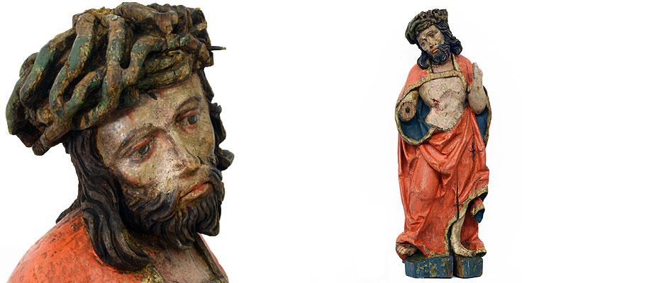 Gotischer Schmerzensmann, Süddeutsch Hans Leinberger 1470 - 1531 aus Landshut, Christus als Schmerzensmann mit Dornenkrone und Wundmalen vollplastisch geschnitzt. Der Mantel in typischen Knickfalten ausgeführt. Die Hüfte stark tailliert. Haare und Bart in langen Wellen fein geschnitten. Die Dornenkrone stark geflochten und durchbrochen ausgearbeitet. Die Rückseite nicht gehölt. Farbfassung und Inkarnate in guter originaler Erhaltung. Maße: H 61 x B 19 x T 15 cm Niederbayern/Landshut um 1520 Vergl: Julius Baum, Unbekannte Bildwerke alter deutscher Meister, Abb. S. 54. München, Bayerisches Nationalmuseum, Maria Magdalena um 1520, Saal 15 Inv.-Nr. 13/303.