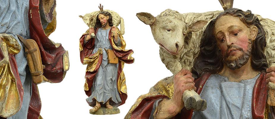 Guter Hirte Lorenz Luidl, 1645 Mehring – 14. Januar 1719, Landsberg am Lech Christus mit dem Lamm auf der Schulter. Die Kleidung faltenreich manieristisch geschwungen. Das Spielbein stark betont. Die Hände und die Füße meisterlich ausgearbeitet mit Adern und Sehnen. Der Kopf und die Haare stark naturalistisch. Das Schaffell stark gelockt. Die Farbfassung der Skulptur alt, darunter die originale Farbfassung erhalten. Lorenz Luidl, Sohn des Bildhauers Michael Luidl in Landsberg am Lech. Er war der bedeutendste Sproß der Bildhauerfamilie Luidl. Die Lehrzeit verbrachte er bei seinem Vater Michael Luidl in Mehring und später bei David Degler in Weilheim. Ab 1668 Bürger der Stadt Landsberg, ab 1699 Äußerer Rat der Stadt, gestorben am 14. Januar 1719. Maße: H 70 x B 36 x T 18 cm Bayern, Landsberg 17. Jh. Ehemals Kirche in Mehring Provenienz: Ehemals Sammlung Trinkl / Friedberg, Schlossmuseum Friedberg, ab 2006 Leihgabe Maximiliansmuseum Augsburg, Süddeutsche Privatsammlung