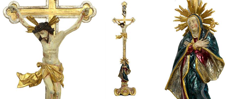 Rokokostandkreuz, Süddeutsch Der Christus stark bewegt, der Oberkörper am Kreuz nach vorne gewölbt. Das Lendentuch faltenreich horizontal nach aussen schwingend. Die Schmerzhafte Muttergottes stehend, mit faltigem geschwungenem Mantel am Kreuzende auf einem marmoriertem Sockel . Der Blick nach oben gerichtet. Der geschwungene Sockel mit Voluten geschnitzt. Die Farbfassung, Marmorierung, Vergoldung und Farblüster original. Maße: H 94 x B 23 x T 15 cm Oberbayern Rokoko um 1760