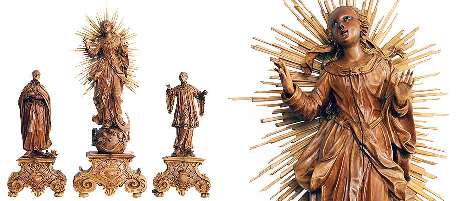 Sehr fein geschnitzte Buchsbaumholz-Figurengruppe auf Volutensockeln. Maria Immaculata im Strahlenkranz, auf Weltkugel, Halbmond und Schlange stehend. Den Fuß auf den Kopf der Schlange gestellt. Die Haare über die Schultern in Wellen fallend, rückseitig am Kopf zu einem Knoten gebunden. Der Blick nach oben gerichtet. Der Schleier als Band nach aussen fliegend. Stark bewegter Mantel mit Unterkleid. Die Stofffalten tief geschnitten. Die Assistenzfiguren, Hl. Agnes und der Hl. Antonius aus dem Orden der Franziskaner. Die Augen der Figuren aus Glas. Barock, um 1730 - 4o Abmessungen mit Sockel: Maria Immaculata H 41,5 x B 15,5 x T 6,5 cm Hl. Agnes H 27 x B 13 x T 6,5 cm Hl. Antonius H 27 x B 12,5 x T 6,5 cm Buchsbaumholz